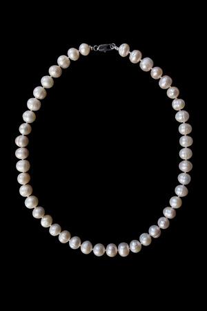 perle rose: Collier de perle rose sur fond noir