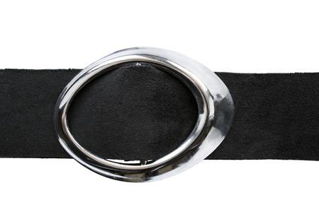 suede belt: Cintur�n de ante negro con hebilla de plata ovalado aislado m�s de blanco