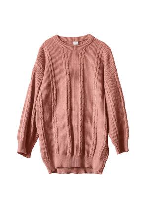 白で分離されたピンクのニットの広いセーター