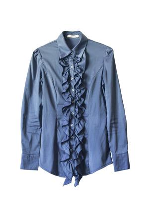 白で分離されたフリル飾られたブルーのシルクのブラウス