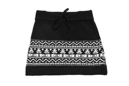 mini jupe: mini-jupe noire tricoté avec ornement blanc isolé sur blanc