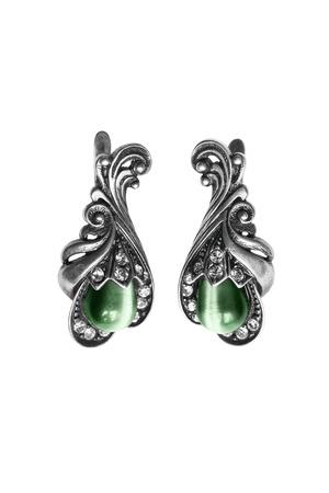 白で分離された緑の宝石とヴィンテージのシルバー イヤリング