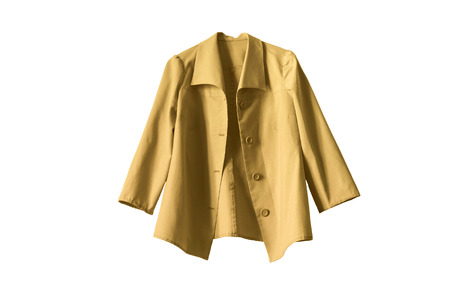 白い背景に鮮やかな黄色のジャケット