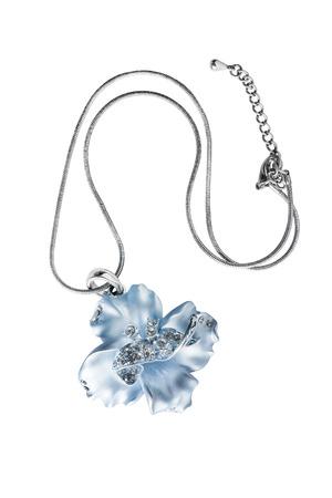 白で分離された結晶と青い花ペンダント