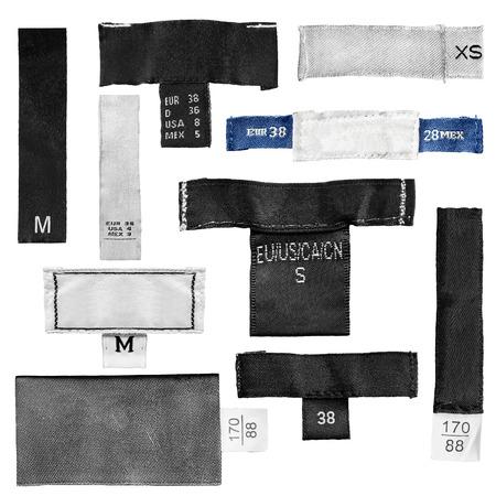 etiquetas de ropa: Conjunto de ropa en blanco etiquetas de tamaño en el fondo blanco Foto de archivo
