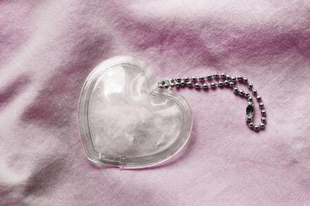 tela algodon: Coraz�n de cristal en color de rosa de tela de algod�n como fondo Foto de archivo