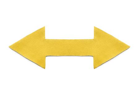 flèche double: Papier jaune flèche double face sur fond blanc Banque d'images