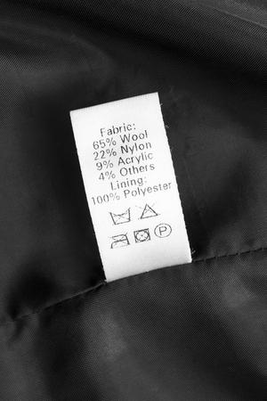instrucciones: Tela composici�n y lavado de etiqueta en el pa�o negro Foto de archivo