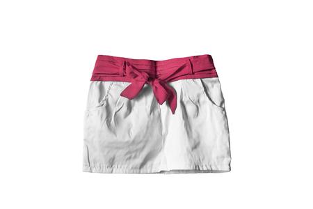 mini falda: mini falda blanca con cinta roja aislado m�s de blanco