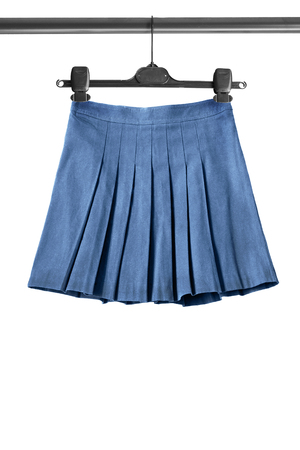 白で分離された服のラックにブルーのプリーツ スカート 写真素材