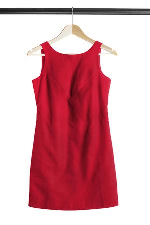 白で分離された服のラックに赤いカクテル ドレス