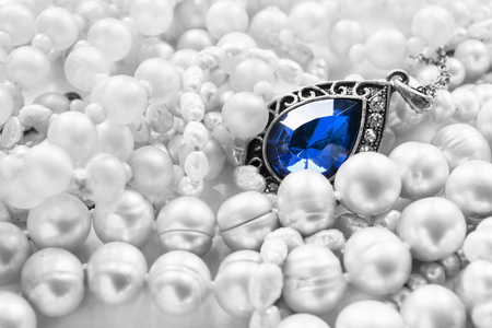 zafiro: Vintage sapphire pendant on white pearl as a background