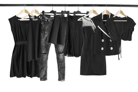 白で分離された服のラックに掛かっている黒い服のグループ 写真素材