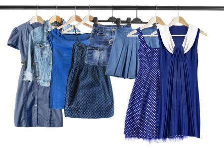 白で分離された服のラックに青い服のグループ 写真素材