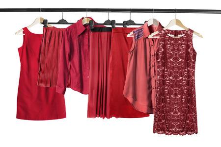 赤い服に白で分離された服のラックのグループ 写真素材