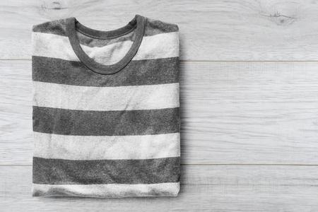 sudadera: Sudadera gris con rayas sobre fondo de madera