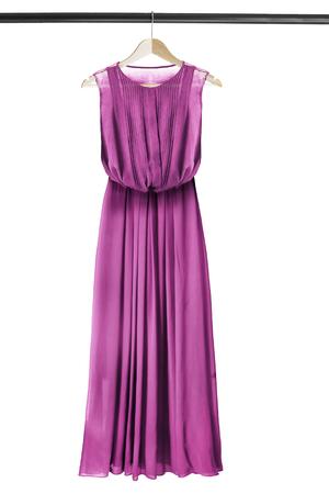 Magentarotes rosafarbenes chiffones langes Kleid auf dem hölzernen Kleiderständer lokalisiert über Weiß Standard-Bild - 75297881