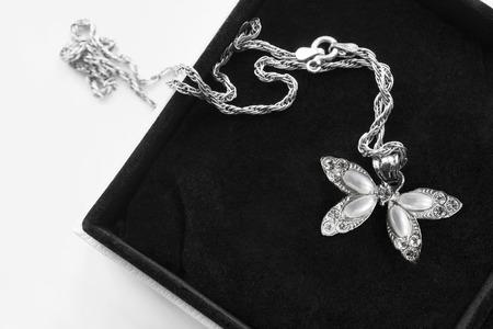 Vintage zilveren parelhanger met zilveren ketting in zwarte juwelendoosclose-up Stockfoto