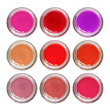 Paleta de brillo de labios rojo y rosa en frascos de vidrio aislado sobre blanco Foto de archivo