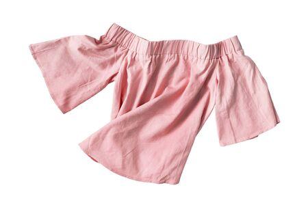 Top rosa stropicciato con spalle scoperte isolato su bianco