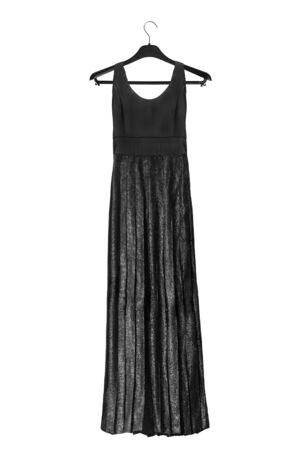 Robe longue noire brillante sur un portant noir isolé sur blanc