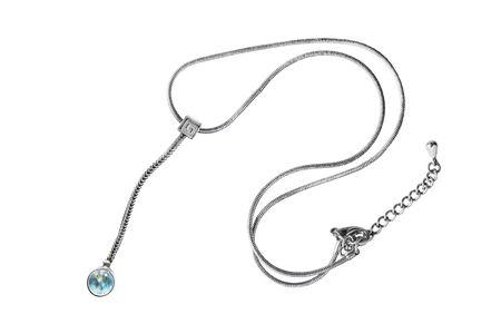 Elegante collar de plata con colgante de gota de ópalo azul sobre fondo blanco.
