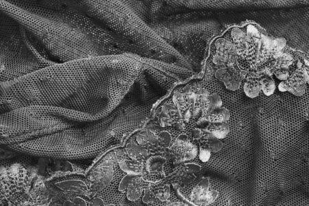 Schwarze Spitzen bestickte zerknitterte Stoffe Nahaufnahme als Hintergrund Standard-Bild