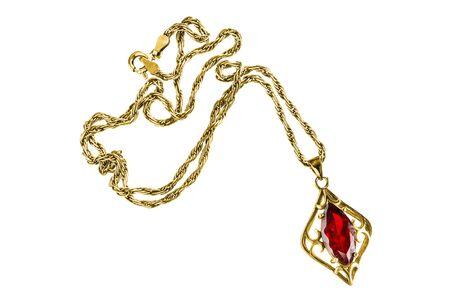 Cenny złoty naszyjnik z rubinową zawieszką na białym tle