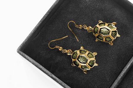 Vintage goldene Ohrringe in Schildkrötenform in schwarzer Schmuckschatulle Nahaufnahme