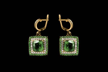 Elegante Ohrringe aus Smaragdgold mit Diamanten auf schwarzem Hintergrund