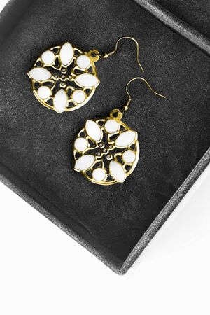 Gold vintage carved earrings in black jewel box Standard-Bild
