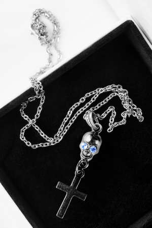 Gothic necklace with silver skull and cross in black jewel box Imagens