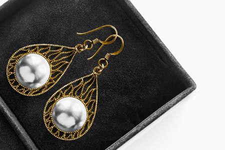 White pearls gold carved earrings in black jewel box 版權商用圖片