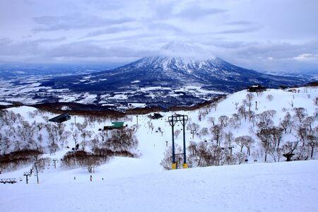 Scenery of people enjoying skiing in in in Hokkaido, Niseko Hirafu ski resort Imagens