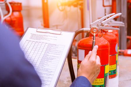 Ingeniero que comprueba el sistema de control de incendios industrial, el controlador de alarma de incendios, el notificador de incendios, el sistema antiincendios.
