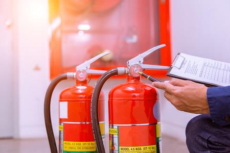 Ingeniero que comprueba el sistema de control de incendios industrial, el controlador de alarma de incendios, el notificador de incendios, el sistema antiincendios. Sistema listo en caso de incendio.