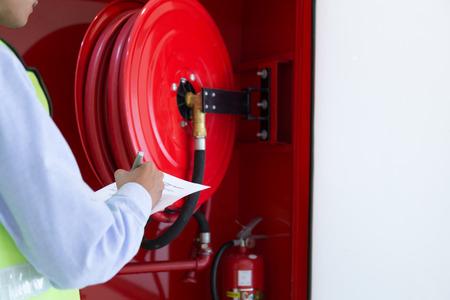Inspección del ingeniero Extintor y manguera contra incendios.