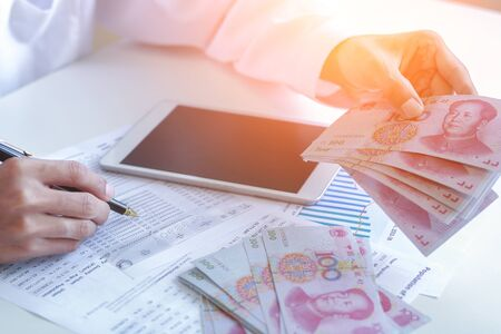 Businessman with cash yuan - business concept,tablet and finance,investment,save. 免版税图像 - 149435453