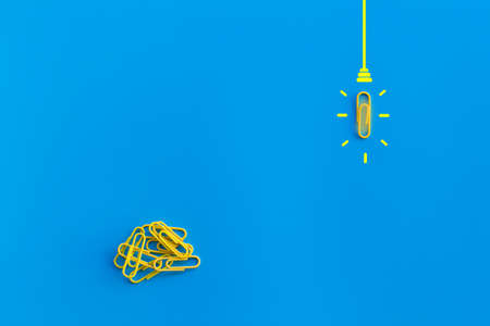 Great ideas concept with paperclip,thinking,creativity,light bulb on blue background,new ideas concept. 免版税图像