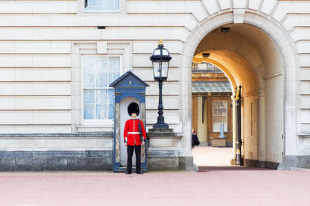 the sentry: centinela de guardia en el Palacio de Buckingham