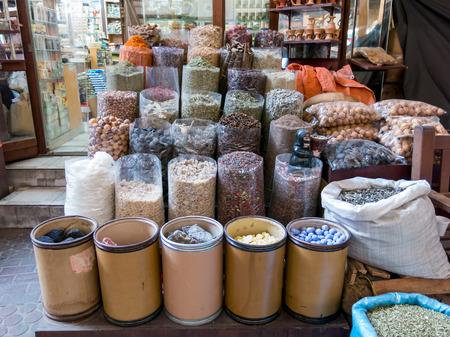 especias: DUBAI, Emiratos Árabes Unidos - 26 de enero 2014: La tienda en el zoco de especias en el distrito de Deira de Dubai, Emiratos Árabes Unidos