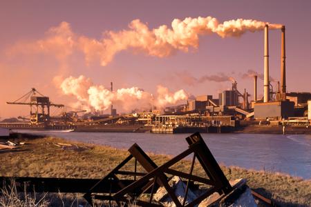 Ocelářský průmysl v IJmuiden nedaleko Amsterdamu v Nizozemsku