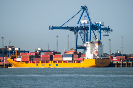 Container ship at container terminal in the port of Felixstowe, Suffolk, England, UK Banque d'images