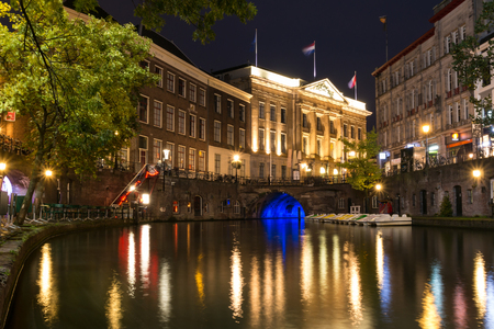 Wharf level night view of Oudegracht canal and city hall bridge in the old city centre of Utrecht, Netherlands Standard-Bild