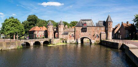 medievales: Fortaleza de la ciudad puerta de la muralla medieval y el r�o Eem Koppelpoort en la ciudad de Amersfoort, Holanda