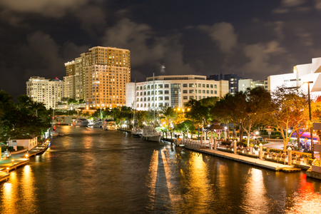 ft lauderdale: Night view of New River with Riverwalk promenade highrise condominium buildings and yachts in Fort Lauderdale, Florida, USA