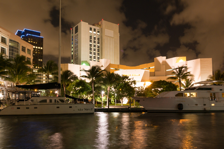 ft lauderdale: Night view of New River with yachts, modern buildings and prison in downtown Fort Lauderdale, Florida, USA