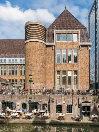 oficina antigua: Utrecht, Holanda - 21 de mayo, 2015: Construcci�n de la oficina de correos de cabeza y ex muelle con restaurante muelle en el canal Oudegracht en Utrecht, Pa�ses Bajos