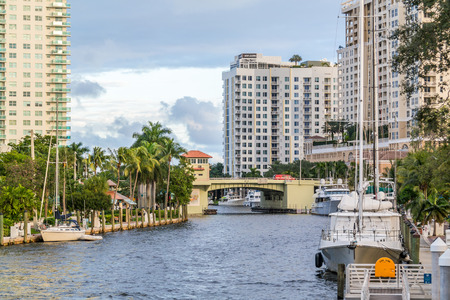 New River with bridge, boats and apartment blocks in downtown Fort Lauderdale, Florida, USA 報道画像