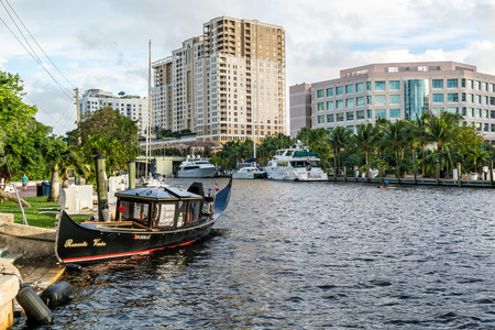 ft lauderdale: New River with boats and apartment blocks in downtown Fort Lauderdale, Florida, USA Editorial